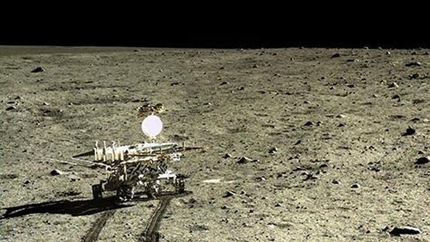 El rover lunar chino, Yutu, fotografiado por su módulo de aterrizaje Chang'e-3, en el Mare Imbrium