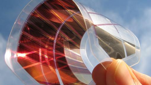 Lámina de perovskita, un eficiente y barato panel solar «de bolsillo»