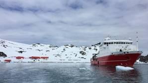 Base antártica española Juan Carlos I (izquierda). A la derecha, el buque oceanográfico Sarmiento de Gamboa