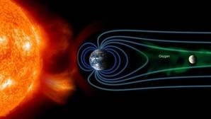 Representación del flujo de iones de oxígeno (en verde), desde la ionosfera de la Tierra a la Luna