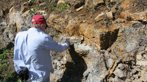 El investigador Lewis Ashwal recoge muestras de las rocas de la isla
