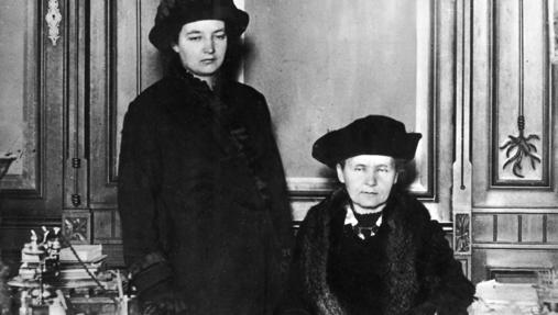 Irene Curie (de pie) y su madre, en una visita a ABC
