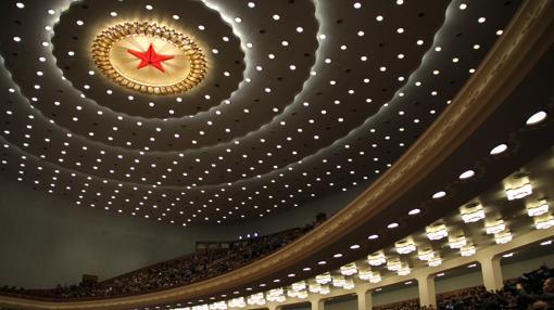 Una enorme estrella roja preside el techo del auditorio principal del Gran Palacio del Pueblo, sede del Parlamento orgánico de China