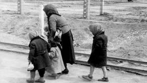 Una abuela lleva a sus nietos, sin saberlo, al interior de una cámara de gas en el campo de exterminio de Auchswitz