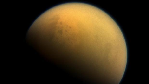 Imagen real de Titán, la luna de Saturno, recubierta por una atmósfera de metano