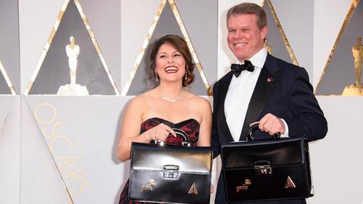 Martha Ruiz y Brian Cullinan, con los sobres de los ganadores