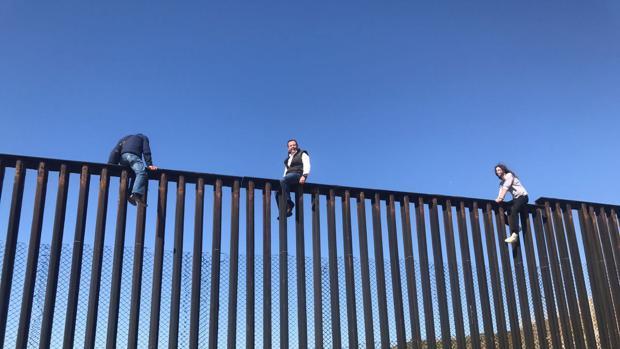 Un diputado mexicano escala el muro de la frontera  para demostrar a Trump «lo absurdo» de su plan