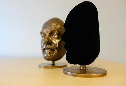 El busto de la derecha fue rociado con «Vantablack»