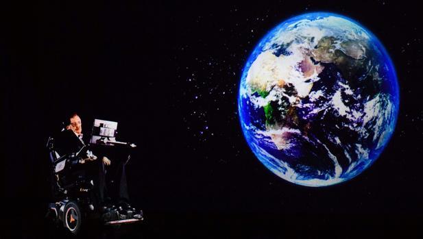 Stephen Hawking, dirigiéndose a la audiencia a través de un holograma