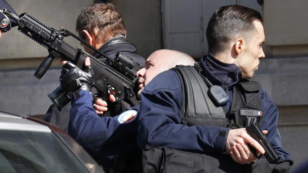 Agentes franceses, frente a la sede del FMI en París tras la explosión