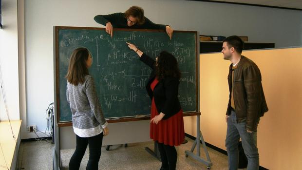Eva Miranda (centro) y sus alumnos discuten sobre geometría simpléctica