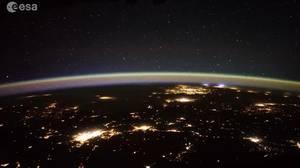 Al fondo a la derecha, relámpagos vistos desde la estación espacial