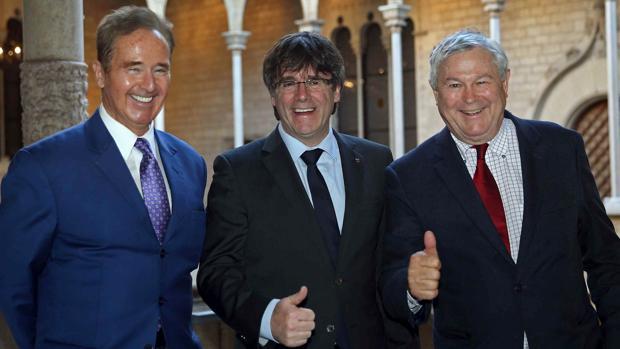 El presidente catalán, Carles Puigdemont (c), con los congresistas estadounidenses Dana Rohrabacher (d) y Brian Higgins (i)