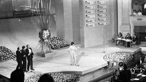 Salomé, cantando «Vivo cantando» en el Teatro Real de Madrid en 1969