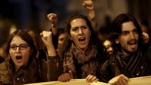 Miles de opositores protestan en Estambul contra el «fraude»