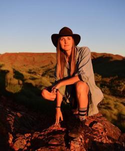 La investigadora Tara Djokic en el cratón de Pilbara