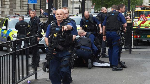 Herida de bala una mujer en una redada antiterrorista en Londres