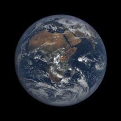 Una imagen tomada el 17 de marzo de 2016 muestra un destello sobre África (en el círculo rojo)