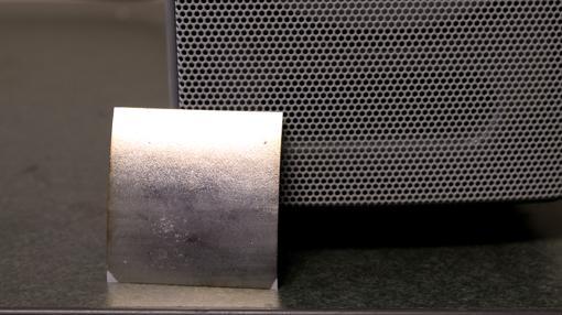 El FENG es fino, flexible y puede funcionar como altavoz y micrófono