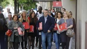 Un grupo de militantes, encabezados por Santos Cerdán,c, en representación del ex secretario general del PSOE Pedro Sánchez ha entregado hoy 57.369 firmas para su candidatura a las primarias