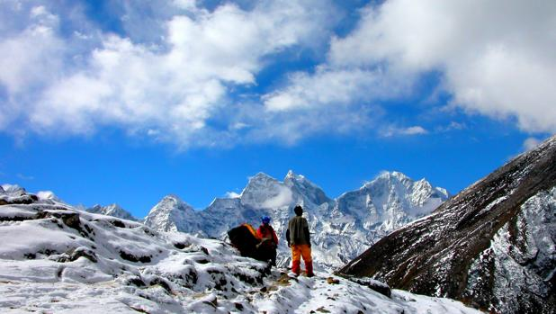 A elevadas altitudes la presión atmosférica cae y disminuye la cantidad de oxígeno disponible para respirar