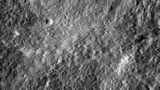 La imagen movida de la superficie lunar muestra el momento en el que la cámara recibió el impacto