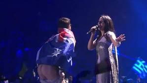 Un fan australiano enseña el culo durante la final de Eurovisión