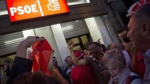 Afines a Pedro Sánchez se congregan en Ferraz al grito de «¡Pedro, presidente!»