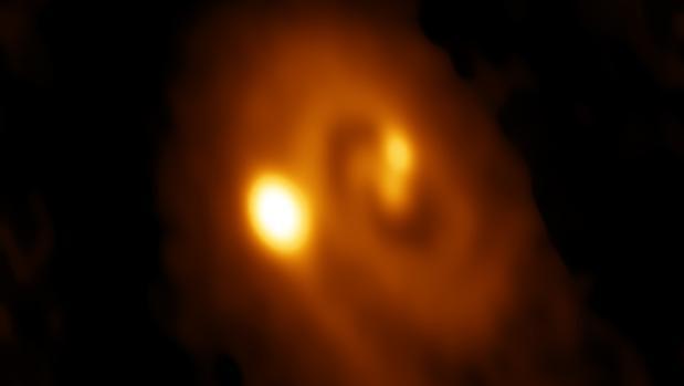 Esta radioimagen muestra un sistema estelar triple en plena formación, dentro de un disco de polvo y gas en la nube molecular de Perseo.