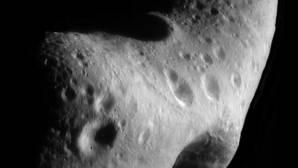Asteroide (433) Eros, de 33 kilómetros de longitud, y que forma parte de los asteroides próximos a la Tierra