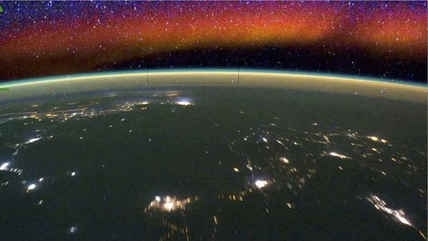 La Estación Espacial Internacional capta dos fenómenos de brillo en la atmósfera (abajo uno verde y arriba otro rojo)