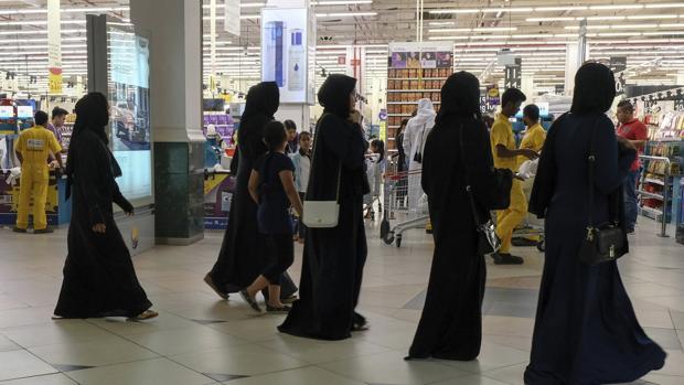 Cataríes acuden a un supermercado para comprar alimentos ante el temor de un posible desabastecimiento causado por la ruptura de relaciones entre países árabes con Catar, en Doha (Catar) EFE