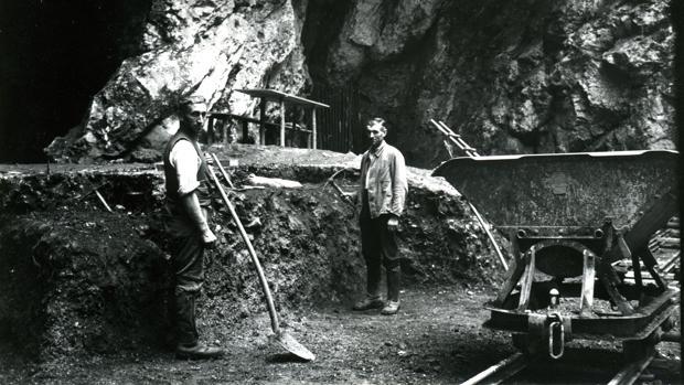 Excavaciones cerca de la entrada de la cueva Hohlenstein-Stadel, en el suroeste de Alemania, donde en 1937 se descubrió un fémur neandertal de 124.000 años de antigüedad