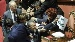 Senadores italianos de la Liga Norte protestan contra la tramitación de una ley dirigida a conceder la nacionalidad a los hijos de inmigrantes nacidos en el país