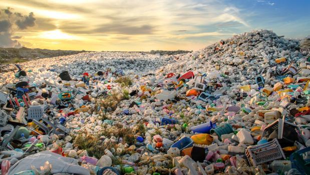 Montañas de plástico en un vertedero