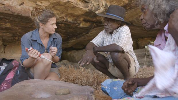 Una investigadora con los aborígenes encargados de custodiar el yacimiento