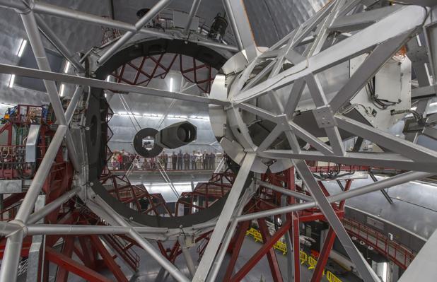 El espejo principal del Gran Telescopio Canarias refleja a los asistentes al acto de inauguración del instrumento MEGARA