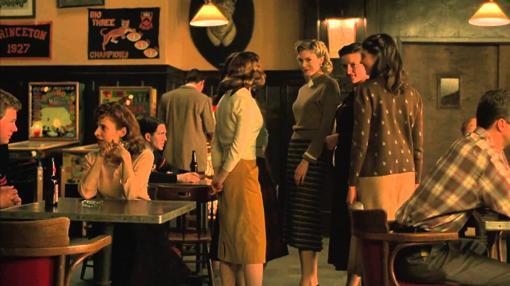 La escena del bar en la película «Una mente maravillosa», en la que Nash y sus colegas ponen en práctica su teoría para conquistar a las chicas