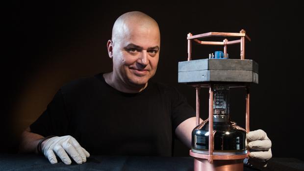 El investigador Juan Collar sostiene el pequeño detector de neutrinos
