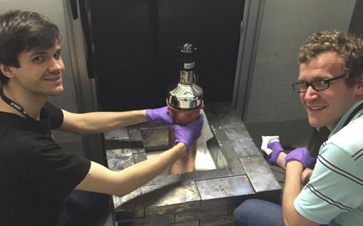 Los investigadores Bjorn Scholz y Grayson Rich instalan el pequeño detector