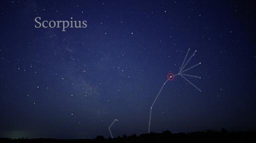 Constelación de Escorpio. En el centro se marca la posición de su «corazón», la supergigante roja Antares