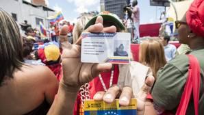 Simpatizantes del Gobierno participan en una concentración a favor de la constituyente