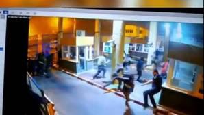 Un policía se fractura la tibia y el peroné al tratar de parar la entrada de inmigrantes en Ceuta