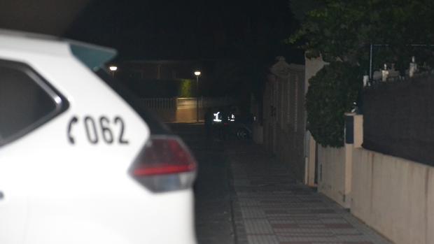 Los agentes de la Guardia Civil, anoche, apostados junto al chalet