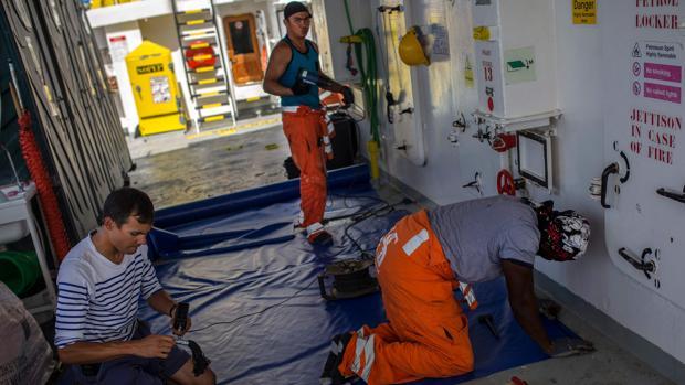 Las ONG se ven obligadas a abandonar el Mediterráneo ante amenazas de los guardacostas libios