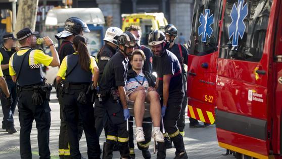 Traslado de uno de los afectados por el atentado ocurrido hoy en las Ramblas de Barcelona