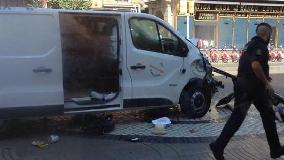 La imagen de la furgoneta que ha atropellado a varias personas en Las Ramblas