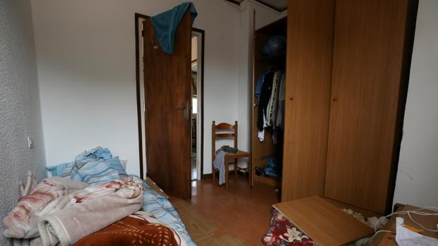 Interior de la habitación del imán en su piso de Ripoll tras los registros de la Policía