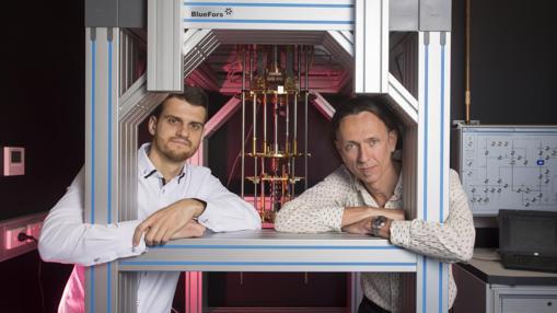 Guilherme Tosi (izquierda) y Andrea Morello (derecha), coautores del trabajo, en un refrigerador que enfría los chips hasta las proximidades del cero absoluto