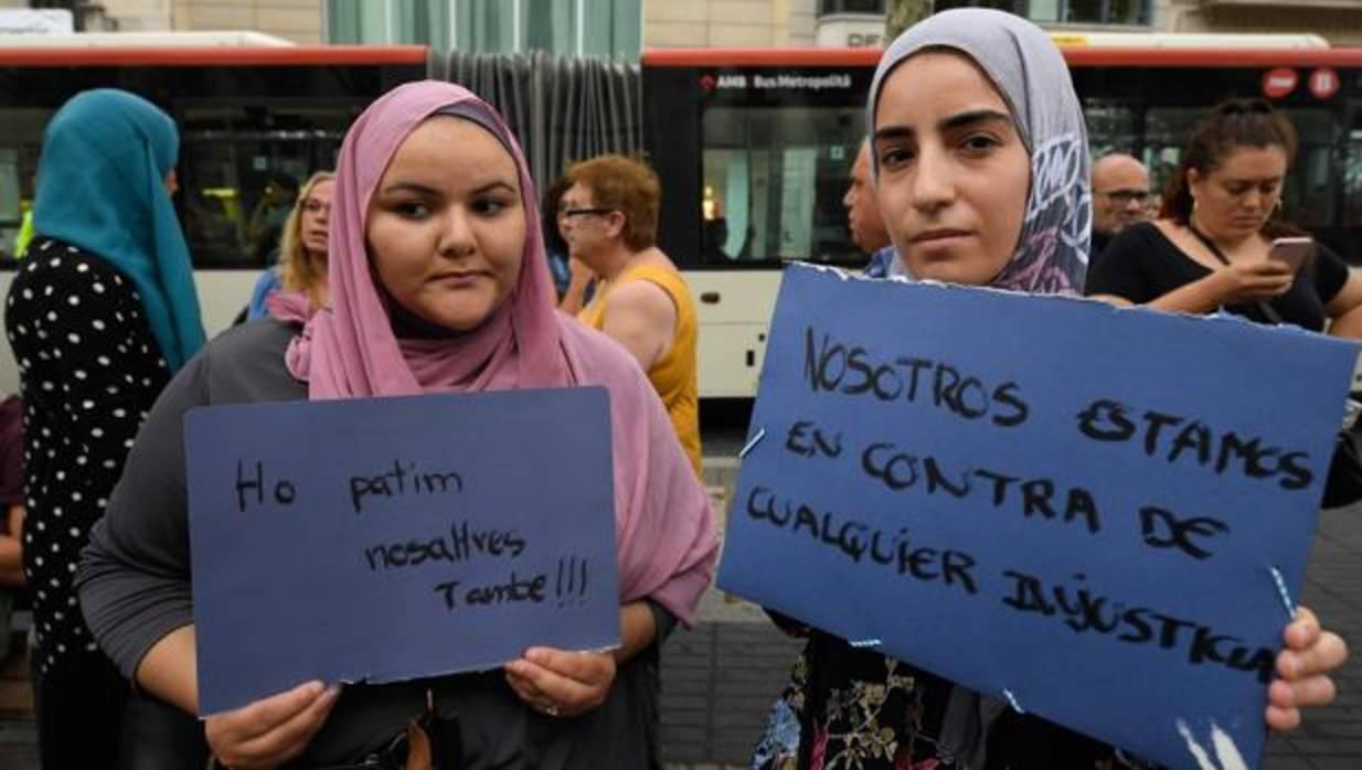 Doscientos musulmanes se concentran en la rambla para condenar el atentado de barcelona - Casa del libro barcelona rambla catalunya ...